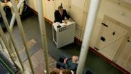 """Wer """"Bautzen"""" hört, denkt an das dortige Gefängnis der DDR-Staatssicherheit: So geht es auch Kathrin Schmidt, deren Vater darin einsaß. Auf unserem Bild von 2007 besucht der damalige Bundespräsident Horst Köhler die Gedenkstätte."""