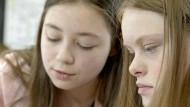 """Miteinander lernen: Amelie (rechts) gefällt das gut. Szene aus """"Das Märchen von der Inklusion"""""""