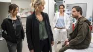 """Sie spielen lauter Notfälle: Aylin Tezel, Anna Schudt, Doris Schretzmayer und Jörg Hartmann (von links) im """"Tatort: Inferno""""."""