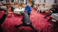 """Darf ich bitten? Olli Schulz legt im Altersheim, das man heute """"Seniorenresidenz"""" nennt, mit Frau Friedmann ein Tänzchen auf den Teppich."""
