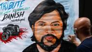 Ein Straßenkünstler im Mumbai zeichnet ein Bild des getöteten Reuters-Fotografen Danish Siddiqui.