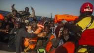 Eine Helferin der spanischen NGO Open Arms verteilt im Februar Schwimmwesten an Flüchtlinge in einem Schlauchboot. Ist das negative Berichterstattung?