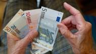 Was bleibt vom Ersparten übrig? Immer mehr Banken verlangen Negativzinsen.