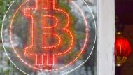 Bitcoin wird teurer bezahlt - doch in Deutschland ist das Interesse deutlich abgeflaut.