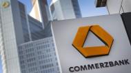 Unternehmenslogo vor dem Hauptsitz der Commerzbank in Frankfurt
