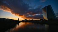 EZB-Zentrale in Frankfurt: Die Notenbank denkt über die Folgen des eigenen Handelns nach.