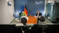Wer filmt da mit? Angela Merkel und Markus Söder auf einer virtuellen Ministerpräsidentenkonferenz im Jahr 2020