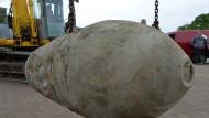 Eine entschärfte 250-Kilogramm-Bombe hängt in Oranienburg am Kranhaken (Archivbild).