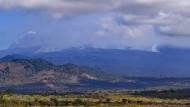 Weithin sichtbar sind die Rauchwolken eines Feuers auf dem Kilimandscharo.