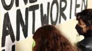 Botschaften gibt es auch auf Deutsch: Aktivistinnen bei der Arbeit