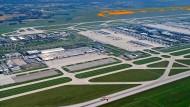 Das undatierte Foto zeigt den Flughafen München (Bayern) mit der oben rechts eingezeichneten geplanten dritten Startbahn.