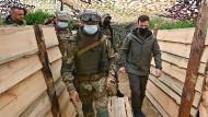 Der ukrainische Präsident Wolodymyr Selenskyj bei einem Besuch an der Front in der Ostukraine am 27. April