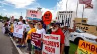 Aktivisten demonstrieren in Homestead, Flordia vor der Unterbrungungsanlage für unbegleitete Migrantenkinder gegen die Politik der Regierung