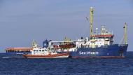 """Das Flüchtlingsrettungsschiff """"Sea Watch 3"""" vor der Küste Siziliens"""