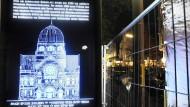 Gedenken an die Pogromnacht 1938: Eine Lichttafel erinnerte vor 13 Jahren in Hamburg an die zerstörte Synagoge am Joseph-Carlebach-Platz.