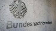 Der Schriftzug Bundesnachrichtendienst (BND) ist im Eingangsbereich der neuen Zentrale in Berlin zu sehen.