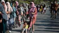 Flüchtlinge am Sonntag nahe der provisorischen Zeltstadt, in der viele Migranten nach der Zerstörung des Flüchtlingslagers Moria vorerst untergekommen sind