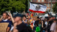 Mai 2020: Protest gegen die Corona-Schutzmaßnahmen in Stuttgart mit Reichsflagge