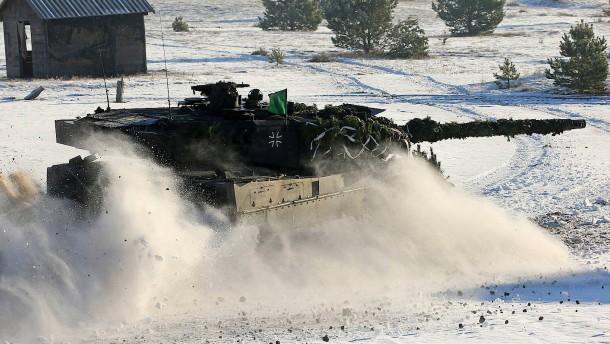 © dpa Ein deutscher Kampfpanzer Leopard 2 fährt bei einer deutsch-militärischen Übung Mitte Januar über den Truppenübungsplatz Jägerbrück bei Torgelow.