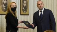 Die frühere Schachweltmeisterin Antoaneta Stefanowa erhält am 28. April von Bulgariens Präsident Rumen Radew den Auftrag zur Regierungsbildung