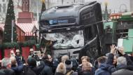 20. Dezember 2016: Schaulustige vor dem Lastwagen, mit dem der Anschlag auf den Weihnachtsmarkt verübt wurde