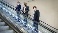 Drei auf der Rolltreppe: FDP-Generalsekretär Volker Wissing (l-r), SPD-Generalsekretär Lars Klingbeil und Michael Kellner, Bundesgeschäftsführer der Grünen