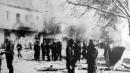 Kriegsverbrechen: Wehrmachtssoldaten am 10. Juni 1944 in der griechischen Stadt Distomo kurz nach dem Massaker an 218 Zivilisten.