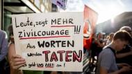 Eine Teilnehmerin hält in Berlin bei einer Kundgebung anlässlich des Mordes am Kasseler Regierungspräsidenten Lübcke ein Plakat hoch.