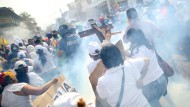 In Ureña geraten Demonstranten und Polizisten aneinander.