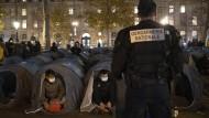 Mit dem Zeltlager am Platz der Republik in Paris wollte ein Flüchtlingshilfeverein am Montag auf die ungelöste Unterbringungsfrage für Asylbewerber und illegal eingereiste Migranten aufmerksam machen.