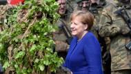 Angela Merkel bei ihrem Besuch der Panzerlehrbrigade 9 in Munster