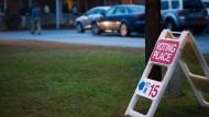 Ein Schuld in Charlotte weist den Weg zum Wahllokal bei den Zwischenwahlen am 6. November 2018.