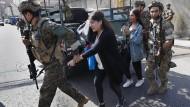 Nach dem Ausbruch heftiger Gefechte in Beirut eskortieren Soldaten der libanesischen Armee am Donnerstag eine Gruppe von Lehrern.