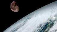Das von der amerikanischen Wetterbehörde NOAA veröffentlichte Foto vom 15. Januar 2017 zeigt den Mond über der Erde. Die Aufnahme hat der Satellit GOES-16 gemacht.