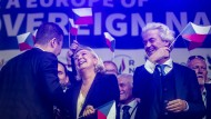 Auch andere Nationen haben schöne Flaggen: Tomio Okamura, Marine Le Pen und Geert Wilders in Prag.