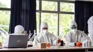So sieht es im Ernstfall aus: Mitarbeiter des Gesundheitsamts Münster bereiten sich am 20. Mai auf eine Testung sämtlicher Schüler und Lehrer einer Hauptschule im nordrhein-westfälischen Münster-Wolbeck vor.