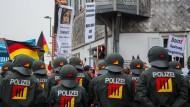 Polizisten sichern im März 2018 einen Demonstrationszug der AfD.