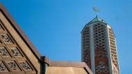 Es geht auch friedlich: Aus der ehemaligen, lange leerstehenden Kapernaumkirche In Hamburg wird die Moschee der Al-Nour-Gemeinde.