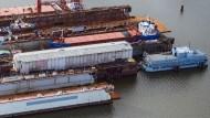 """Das Marine-Segelschulschiff """"Gorch Fock"""" (vorne mit Planen abgedeckt) hat schon bessere Tage erlebt. Doch nun gibt es neue Hoffnung für eine Sanierung."""