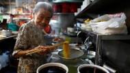 Neunzig Jahre ist Leong Yuet Meng inzwischen alt und immer noch die Chefin am Herd ihrer Nudelküche.