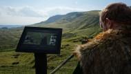 """Hier muss es sein: Im fellbesetzten Umhang suchen die """"Thronies"""" genannten Filmtouristen nach den Schauplätzen von """"Game of Thrones"""". Manchmal hilft eine Infotafel."""