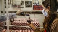 In Trastevere in Rom experimentieren Restaurantbesitzer bereits mit Plexiglasscheiben