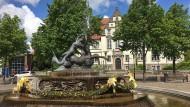 Der malerischste Anblick in Bad Schwartau: Triton entführt Nereide, ohne eine Strafverfolgung durch die Richter des Amtsgerichts im Hintergrund fürchten zu müssen.