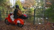 Hipsterzentrum Maybachufer: Hier beginnt die herbstliche Reise auf dem elektrifizierten Roller.