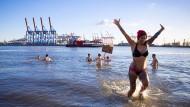 """Eisbaden in der Elbe ist kein Selbstzweck  - die wöchentliche Aktion des """"Eisbademeisters"""" soll zu Spenden für Obdachlose ermuntern."""