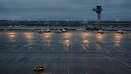 Bonjour tristesse, oder besser Bonne nuit: das leere Vorfeld des neuen Großflughafens.