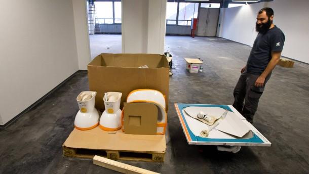 Neckermann - Vorstellung der Erstaufnahmeeinrichtung auf dem ehemaligen Neckermannareal an der Hanauer Landstasse. In dem leerstehenden Logistikzentrum werden 2000 Flüchtlinge untergebracht.