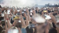 Alle auf einmal: Mit 5G können sich zehnmal mehr Konzertbesucher gleichzeitig ins Netz einwählen als mit 4G.