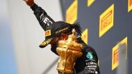 Am Ende noch mit politischer Geste: Sieger Lewis Hamilton in Silverstone