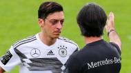 Da sprachen sie noch miteinander: Mesut Özil (links) und Joachim Löw im WM-Trainingslager im Mai 2018.